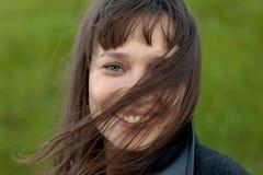 Retrato al aire libre de la muchacha hermosa que ríe mientras que el viento se mueve Imagenes de archivo