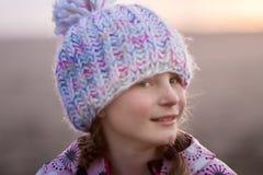Retrato al aire libre de la muchacha sonriente feliz joven del niño en la ha hecha punto Fotos de archivo
