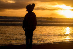 Retrato al aire libre de la muchacha sonriente feliz joven del niño en la ha hecha punto Imagen de archivo libre de regalías
