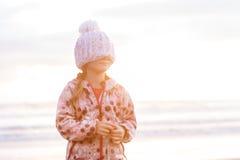 Retrato al aire libre de la muchacha sonriente feliz joven del niño en la ha hecha punto Fotos de archivo libres de regalías
