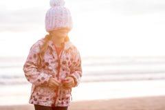 Retrato al aire libre de la muchacha sonriente feliz joven del niño en la ha hecha punto Foto de archivo
