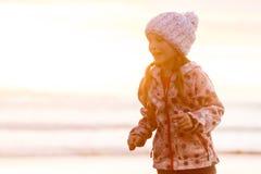 Retrato al aire libre de la muchacha sonriente feliz joven del niño en la ha hecha punto Imagen de archivo