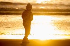 Retrato al aire libre de la muchacha sonriente feliz joven del niño en la ha hecha punto Fotografía de archivo
