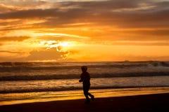 Retrato al aire libre de la muchacha sonriente feliz joven del niño en la ha hecha punto Imagenes de archivo