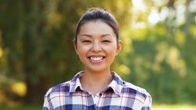 Retrato al aire libre de la mujer asiática sonriente en verano almacen de video
