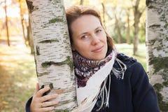 Retrato al aire libre de la mujer caucásica joven Imagen de archivo