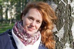 Retrato al aire libre de la mujer caucásica joven sonriente Foto de archivo libre de regalías