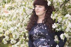 Retrato al aire libre de la mujer de la Edad Media al lado de un app floreciente Imagen de archivo