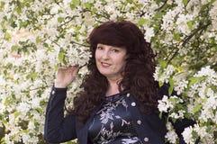 Retrato al aire libre de la mujer de la Edad Media al lado de un app floreciente Fotos de archivo libres de regalías