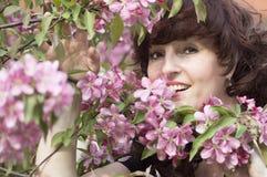 Retrato al aire libre de la mujer de la Edad Media al lado de un app floreciente Fotografía de archivo