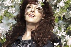 Retrato al aire libre de la mujer de la Edad Media al lado de un app floreciente Imagen de archivo libre de regalías