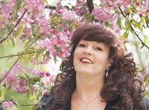 Retrato al aire libre de la mujer de la Edad Media al lado de un app floreciente Foto de archivo libre de regalías