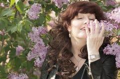 Retrato al aire libre de la mujer de la Edad Media al lado de un lil floreciente Imágenes de archivo libres de regalías