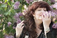 Retrato al aire libre de la mujer de la Edad Media al lado de un lil floreciente Fotos de archivo