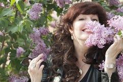 Retrato al aire libre de la mujer de la Edad Media al lado de un lil floreciente Imagen de archivo libre de regalías
