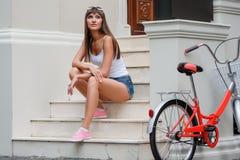 Retrato al aire libre de la mujer de los jóvenes del estilo retro bastante atractivo del inconformista Foto de archivo libre de regalías