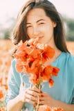 Retrato al aire libre de la mujer hermosa con las amapolas fotografía de archivo libre de regalías