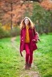 Retrato al aire libre de la mujer hermosa del pelirrojo foto de archivo