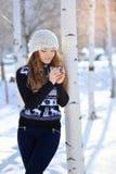 Retrato al aire libre de la mujer hermosa en el invierno que sostiene una taza Fotos de archivo libres de regalías