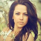 Retrato al aire libre de la mujer hermosa joven con marrón rizado elegante Imagenes de archivo