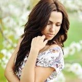 Retrato al aire libre de la mujer hermosa joven que mira abajo Foto de archivo
