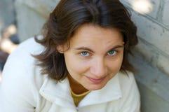 Retrato al aire libre de la mujer joven Imagen de archivo libre de regalías