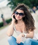 Retrato de la mujer joven con el teléfono Imagen de archivo libre de regalías