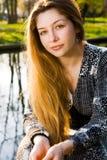 Retrato al aire libre de la mujer joven serena hermosa imágenes de archivo libres de regalías
