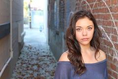 Retrato al aire libre de la mujer multicultural joven hermosa imagenes de archivo