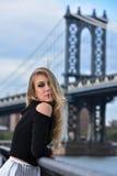 Retrato al aire libre de la mujer sensual rubia joven que presenta en ropa elegante en el embarcadero Imagenes de archivo