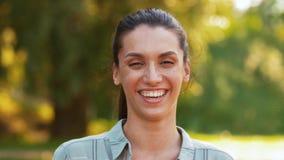 Retrato al aire libre de la mujer sonriente en verano almacen de video