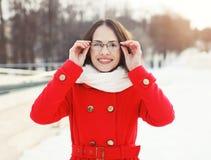 Retrato al aire libre de la mujer sonriente feliz en vidrios Imagen de archivo