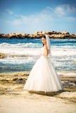 Retrato al aire libre de la novia hermosa joven de la mujer en vestido de boda en la playa Foto de archivo libre de regalías