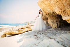 Retrato al aire libre de la novia hermosa joven de la mujer en vestido de boda en la playa Imagen de archivo