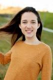 Retrato al aire libre de la risa feliz hermosa de la muchacha del adolescente Fotos de archivo