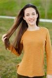 Retrato al aire libre de la risa feliz hermosa de la muchacha del adolescente Foto de archivo libre de regalías