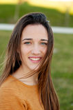 Retrato al aire libre de la risa feliz hermosa de la muchacha del adolescente Imagenes de archivo