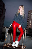 Retrato al aire libre de la señora europea rubia feliz hermosa joven que presenta en la calle en la noche El rojo elegante modelo Imagenes de archivo