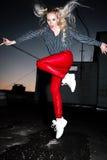 Retrato al aire libre de la señora europea rubia feliz hermosa joven que presenta en la calle en la noche El rojo elegante modelo Imágenes de archivo libres de regalías