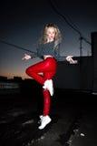 Retrato al aire libre de la señora europea rubia feliz hermosa joven que presenta en la calle en la noche El rojo elegante modelo Fotografía de archivo libre de regalías