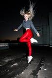Retrato al aire libre de la señora europea rubia feliz hermosa joven que presenta en la calle en la noche El rojo elegante modelo Imagen de archivo libre de regalías
