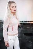 Retrato al aire libre de la señora europea rubia feliz hermosa joven que presenta en la calle Ropa elegante que lleva modelo Moda Foto de archivo libre de regalías