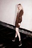 Retrato al aire libre de la señora europea rubia feliz hermosa joven que presenta en la calle Ropa elegante que lleva modelo Moda Foto de archivo