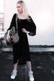 Retrato al aire libre de la señora europea rubia feliz hermosa joven que presenta en la calle Ropa elegante que lleva modelo Moda Imagenes de archivo