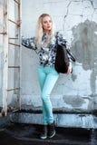 Retrato al aire libre de la señora europea rubia feliz hermosa joven que presenta en la calle Ropa elegante que lleva modelo Moda Fotografía de archivo