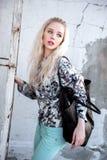 Retrato al aire libre de la señora europea rubia feliz hermosa joven que presenta en la calle Ropa elegante que lleva modelo Moda Fotos de archivo
