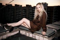 Retrato al aire libre de la señora europea rubia feliz hermosa joven que presenta en la calle Ropa elegante que lleva modelo Moda Imágenes de archivo libres de regalías