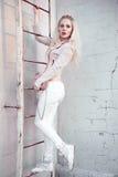 Retrato al aire libre de la señora europea rubia feliz hermosa joven que presenta en la calle Ropa elegante que lleva modelo Moda Imagen de archivo libre de regalías