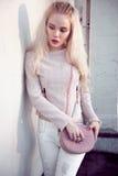 Retrato al aire libre de la señora europea rubia feliz hermosa joven que presenta en la calle Ropa elegante que lleva modelo Moda Fotos de archivo libres de regalías