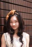 Retrato al aire libre de la sonrisa asiática atractiva de la mujer Fotografía de archivo libre de regalías